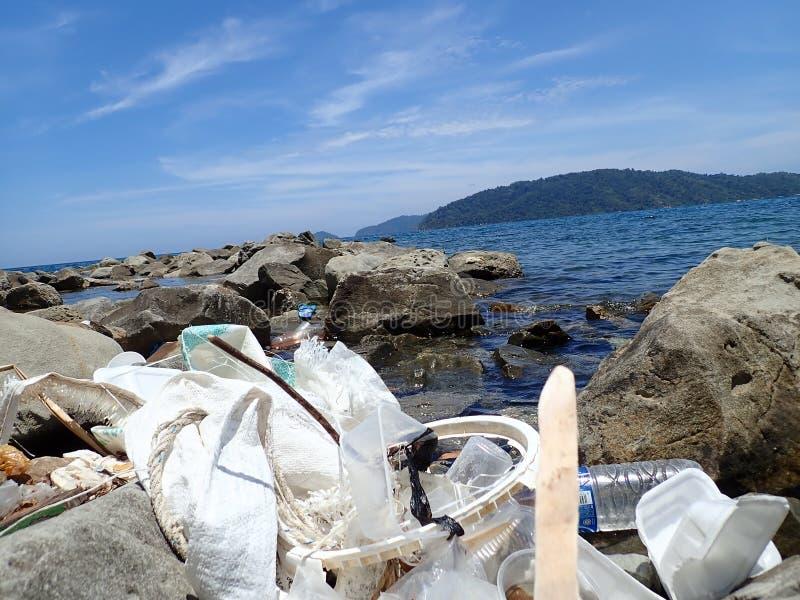 Inget plast-, avfall tvättades upp på strandhavskusten under lågvattnet royaltyfria foton