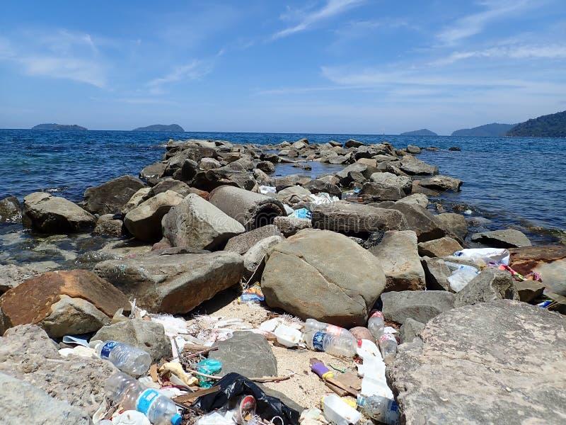 Inget plast-, avfall tvättades upp pÃ¥ strandhavskusten under lÃ¥gvattnet fotografering för bildbyråer