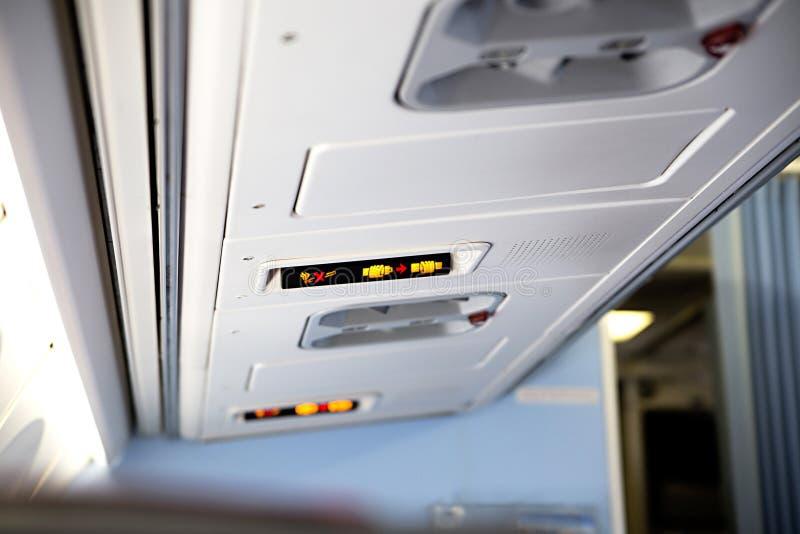 Inget - röka och fäst säkerhetsbältetecknet inom ett flygplan royaltyfri bild