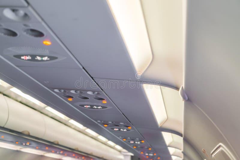 Inget - röka tecknet och säkerhetsbältet underteckna på flygplanet royaltyfri fotografi