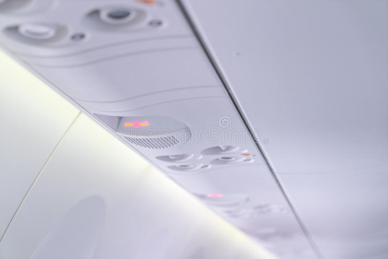 Inget - röka tecknet och säkerhetsbältet underteckna på flygplanet arkivbilder