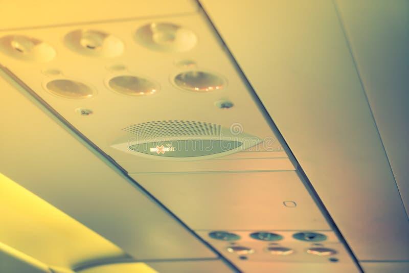 Inget - röka tecknet och säkerhetsbältet underteckna på flygplanet (Filtrerat arkivbild