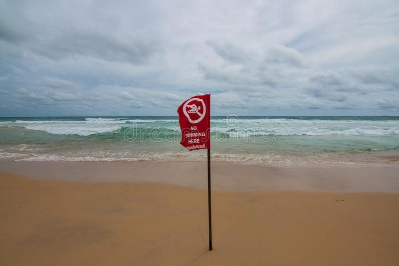 Inget simma här tecknet på stranden arkivbilder