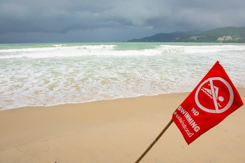 Inget simma här tecknet på stranden på Phuket, Thailand arkivbild