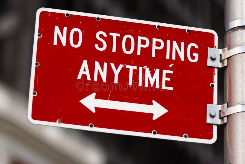 Inget stoppa när som helst vägmärket royaltyfri bild