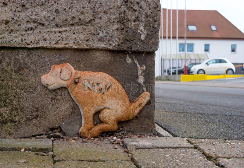 Inget tecken för hundkapplöpningakterzon Tecknet i form av ett hunddiagram fixas på grunden av huset Diagramet av hunden arkivfoto