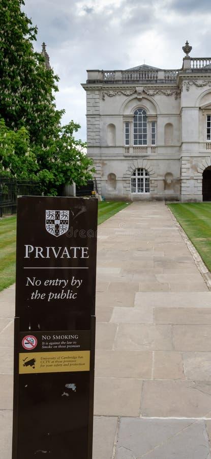 Inget tillträdestecken som ses på ingången till en Cambridge universitethögskola som visar den storslagna arkitekturen royaltyfri bild