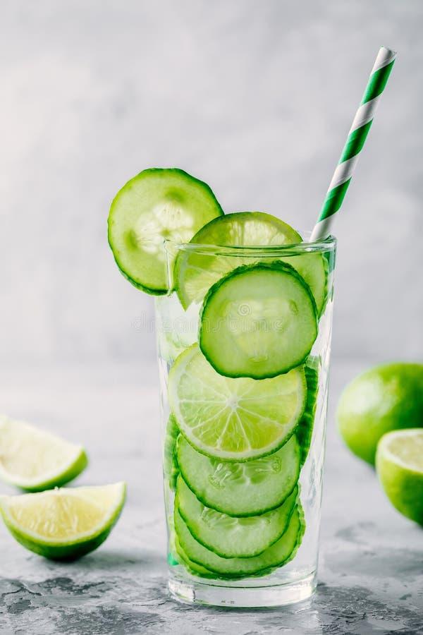 Ingett detoxvatten med gurkan och limefrukt arkivfoto