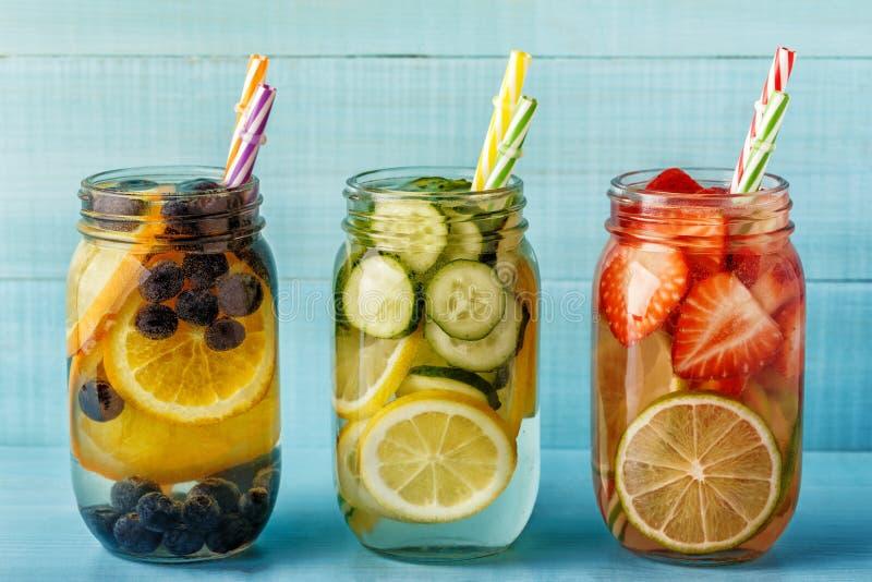 Ingett vatten för Detox frukt Hemlagad coctail för uppfriskande sommar royaltyfri bild