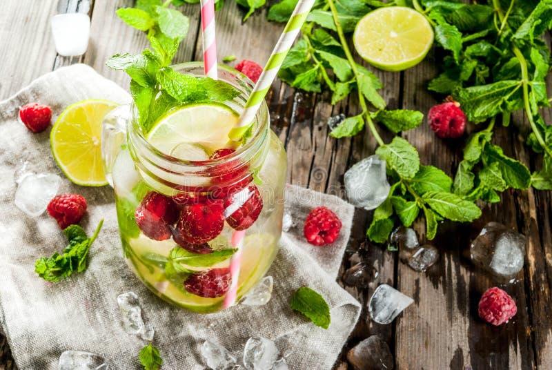 Ingett vatten med limefrukt, mintkaramell, hallon arkivbilder