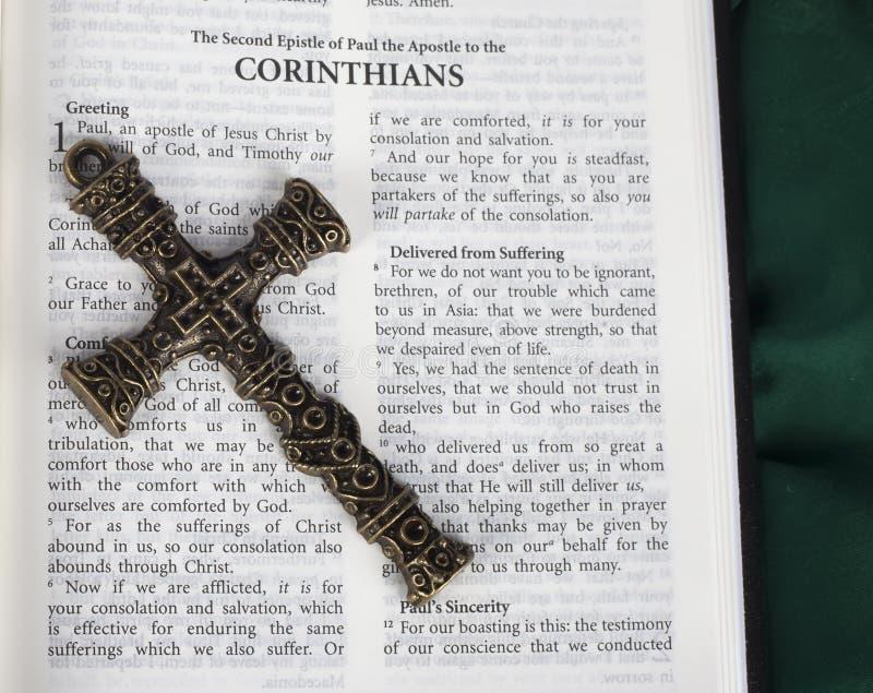 Ingewikkeld antiek kruis met Corinthians vers in Heilige Bijbel royalty-vrije stock afbeeldingen