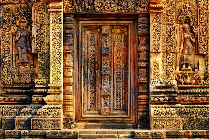 Ingewikkeld gesneden deurportaal in de tempel van Banteay Srei in Kambodja stock foto