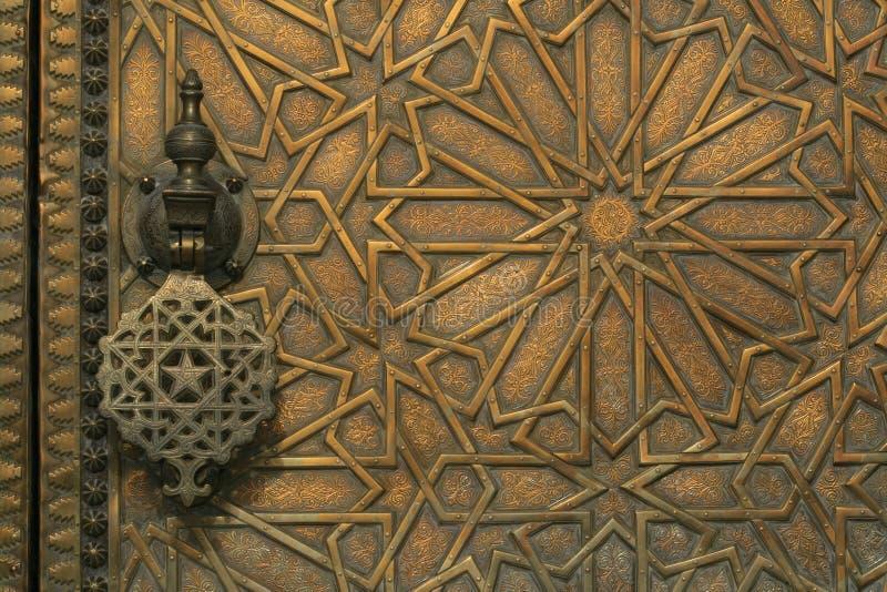 Ingewikkelde gesneden messingsdeur in Marokko royalty-vrije stock foto