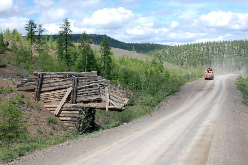 Inghiai la strada Kolyma alla strada principale di Magadan a Yakutia immagini stock