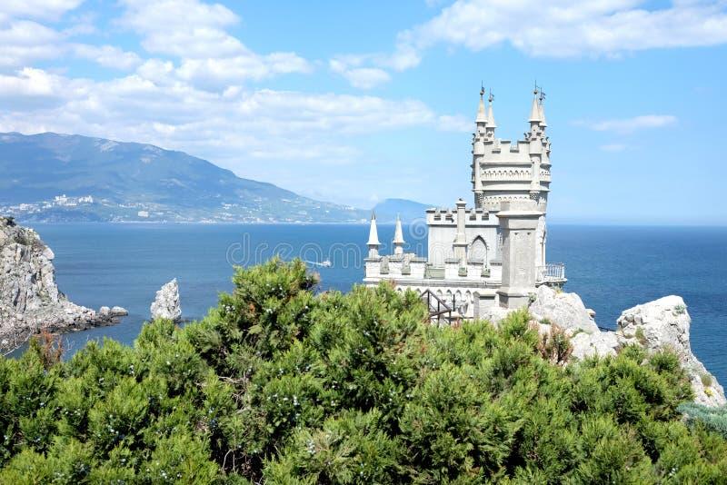 Inghiotta il castello del nido sul bordo della roccia su Mar Nero immagine stock