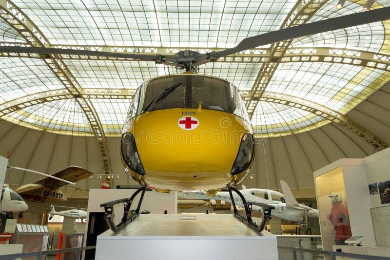 Ingiallisca, aereo ambulanza esposto nel museo di Technisches, Vienna, Austria fotografia stock libera da diritti