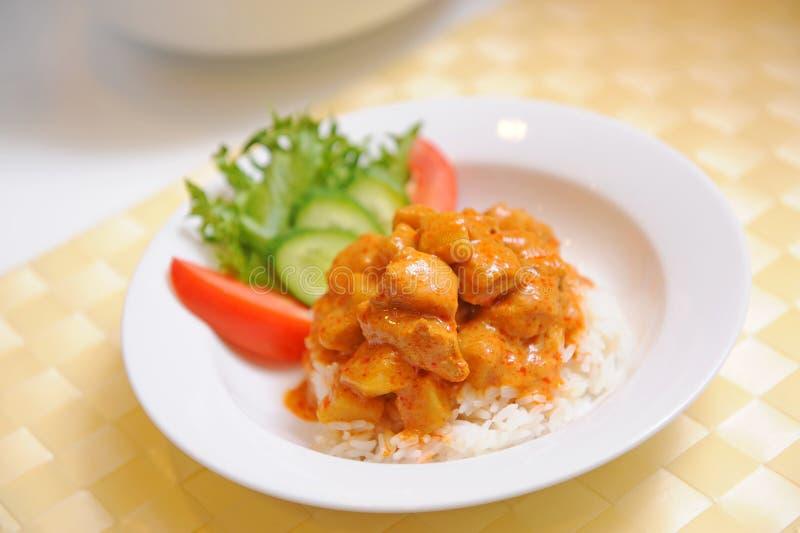Ingiallisca il pollo del curry con riso - alimento tailandese fotografie stock