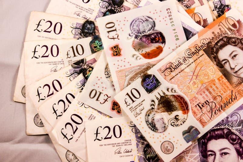 Inglés veinte y diez de la libra esterlina la mezcla del dinero imágenes de archivo libres de regalías