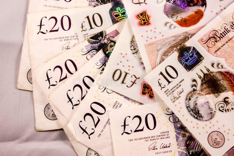 Inglés veinte y diez libras de mezcla del dinero imagenes de archivo