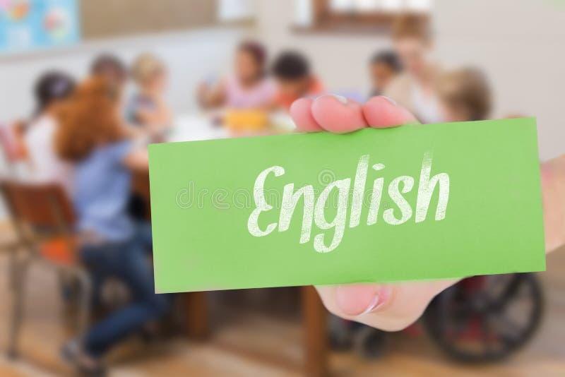 Inglês contra os alunos de ajuda do professor bonito na sala de aula imagem de stock royalty free