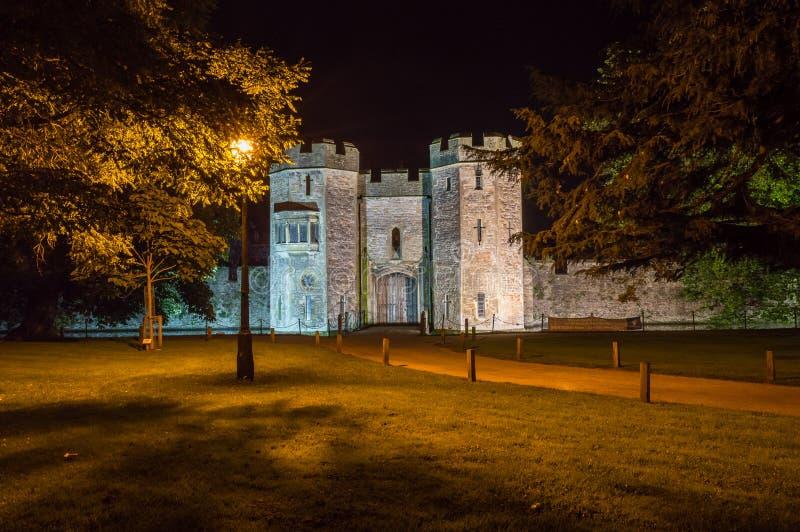 INGLATERRA, POÇOS - 20 DE SETEMBRO DE 2015: O palácio dos Bishops na noite B imagens de stock royalty free