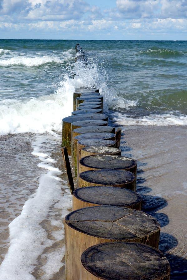 Ingle de la defensa de mar en una playa fotografía de archivo