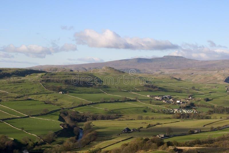 Ingleborough del Settle cercano antedicho de Langcliffe, valles de Yorkshire fotografía de archivo