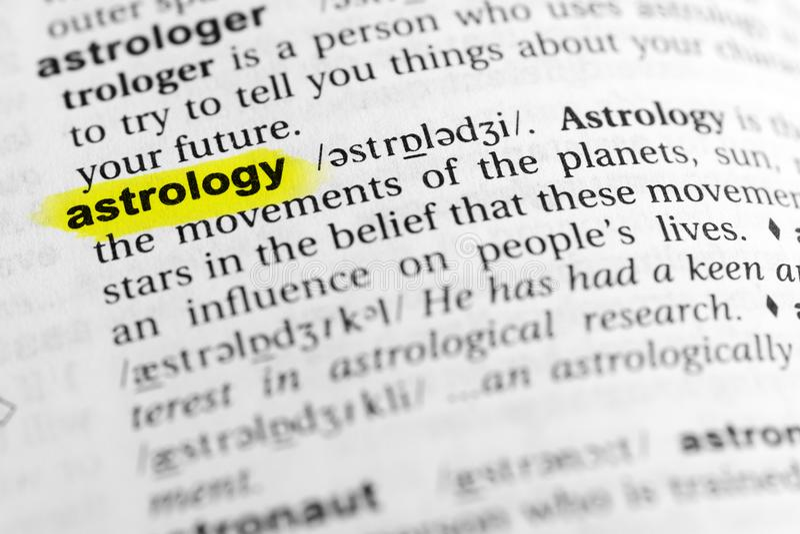 ` Inglese evidenziato di astrologia del ` di parola e la sua definizione nel dizionario immagini stock libere da diritti