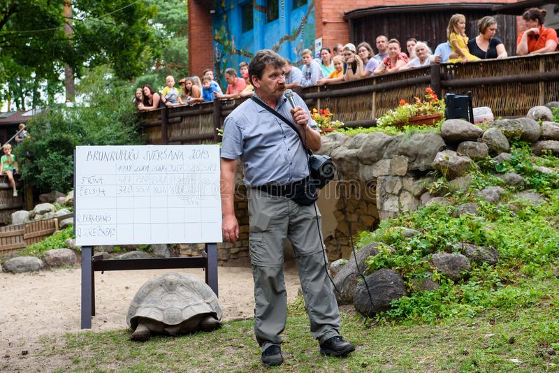 Ingmars Lidaka, voormalig politicus, Riga Zoo directeur, tijdens het 19e jaarlijkse galápagos Tortoises-weegevenement royalty-vrije stock foto