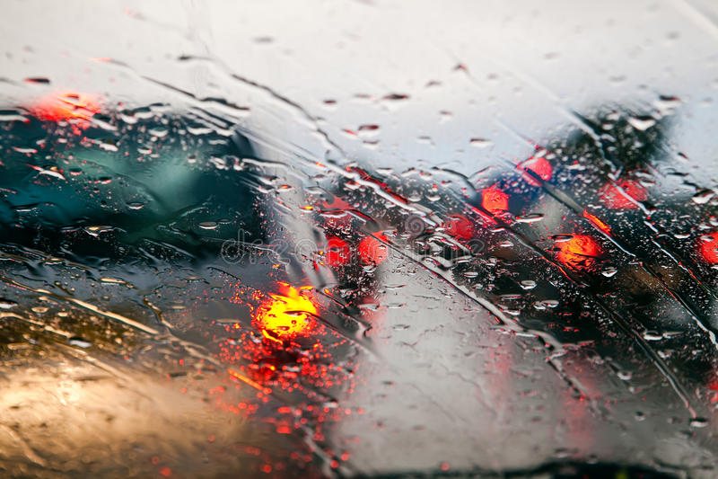 Ingorgo stradale durante la pioggia fotografia stock libera da diritti