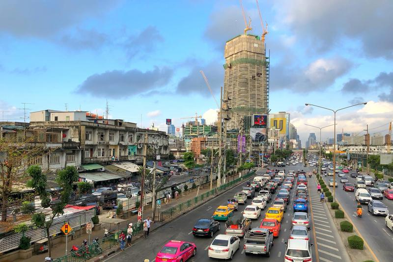 Ingorgo stradale ed occupato nelle ore di punta sulla strada alla giunzione di Klongtoey immagini stock libere da diritti