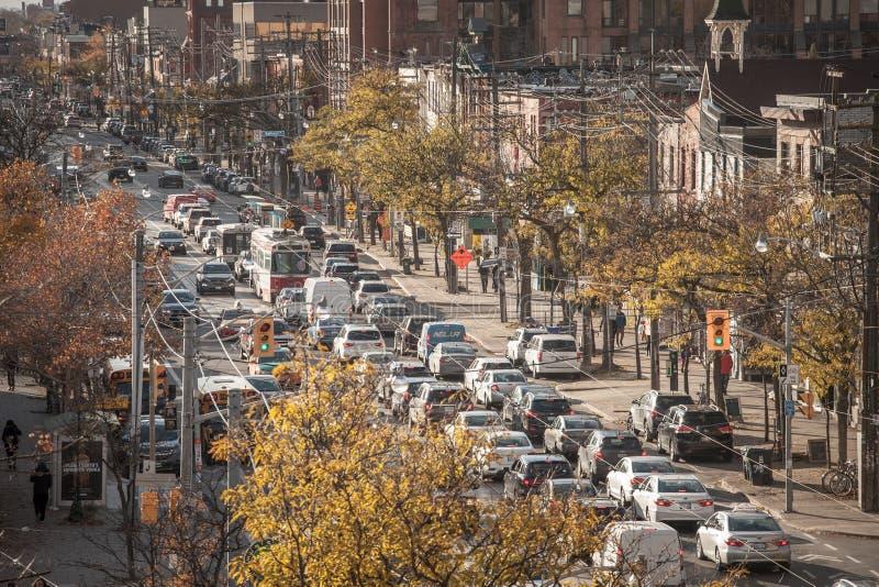 Ingorgo stradale sulla via dell'istituto universitario a Toronto del centro, Ontario, Canada, fatto delle automobili e dei tram,  fotografia stock libera da diritti