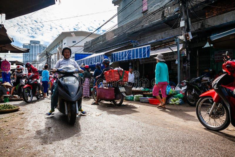 Ingorgo stradale tipico di mattina al mercato di strada vietnamita immagine stock