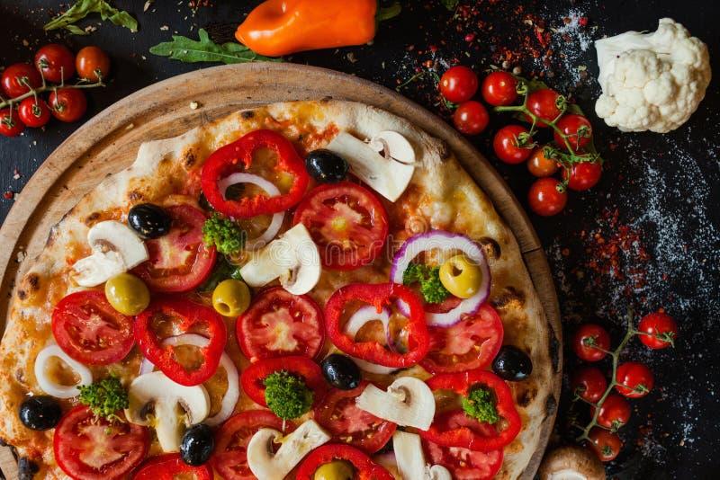 Ingrédient de nourriture sain de légumes de pizza de Primavera photographie stock libre de droits