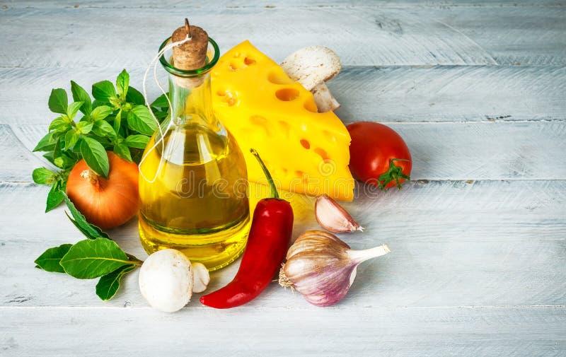 Ingrédient pour la nourriture italienne avec des herbes images stock