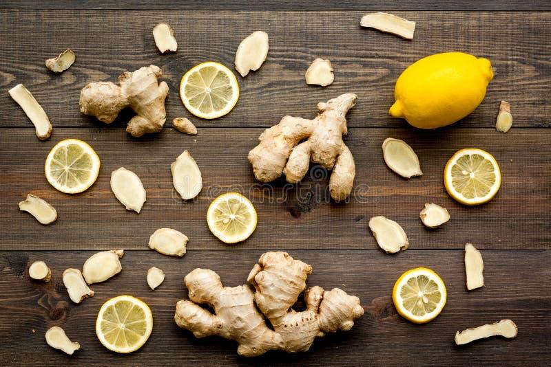 Ingrédient pour le thé de chauffage Le gingembre entier et coupé en tranches s'enracine, citron sur la vue supérieure de fond en  photo stock