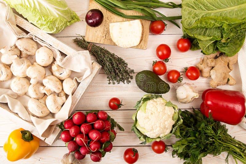 Ingrédient pour préparer le dîner : champignons et hom organique frais image stock