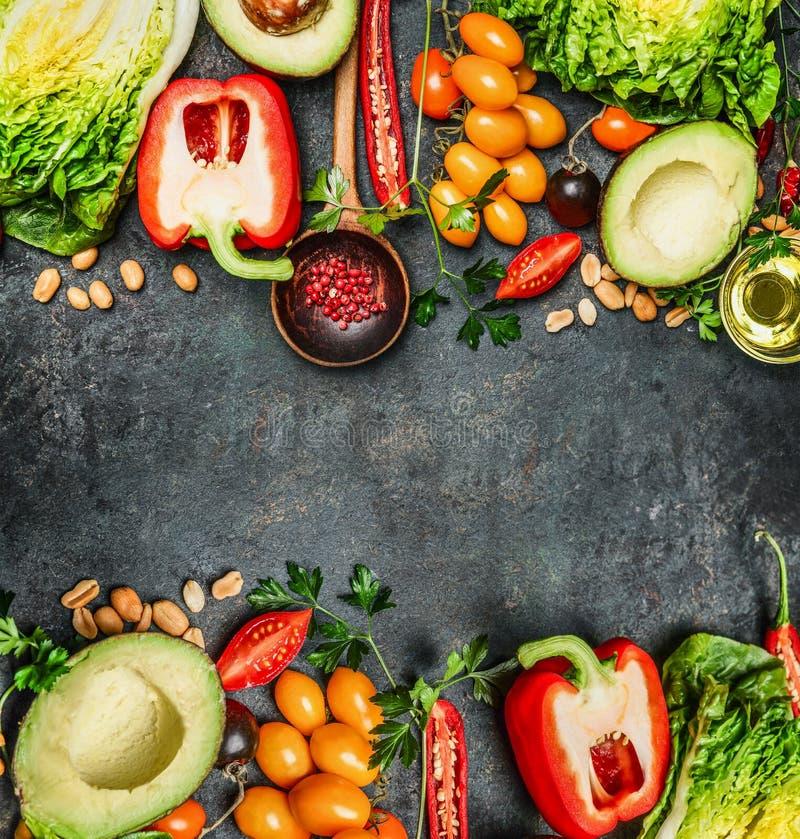 Ingrédients colorés frais de légumes pour le vegan savoureux et la cuisson saine ou salade faisant sur le fond rustique, vue supé photographie stock libre de droits