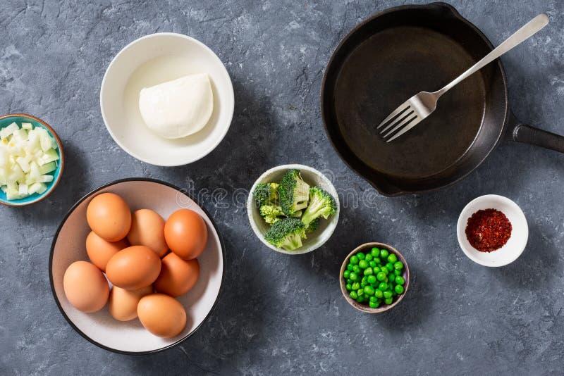 Ingrédients cuisiner le brocoli frittata vue d'en haut images stock