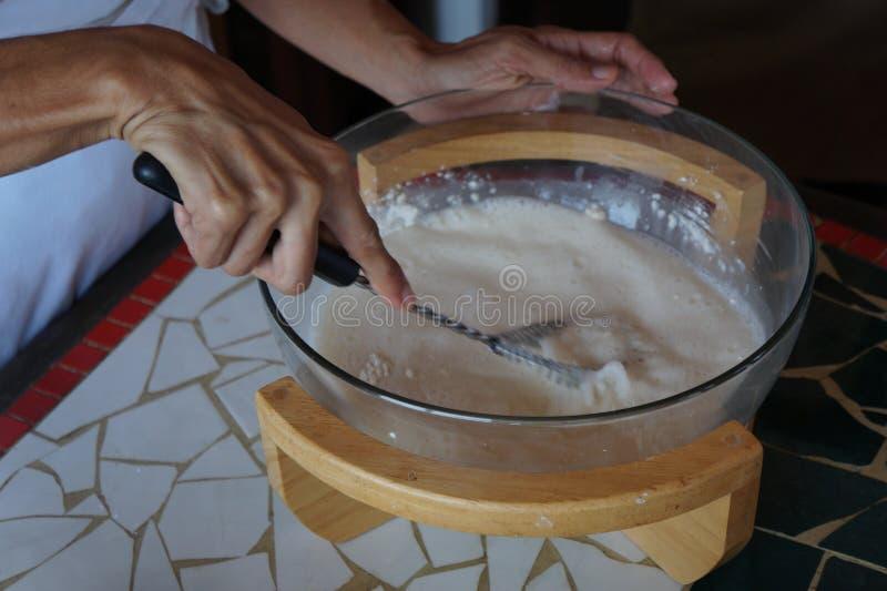 Ingrédients de crêpes sur le conseil en bois images libres de droits