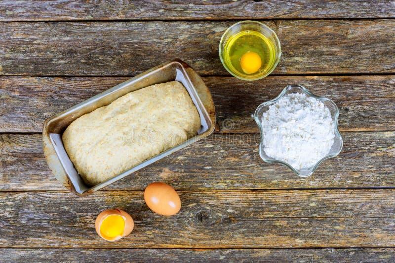 Ingrédients de cuisson - farine, beurre, oeufs, sucre Nourriture basée sur farine cuite au four : pain, biscuits, gâteaux, pâtiss photos libres de droits