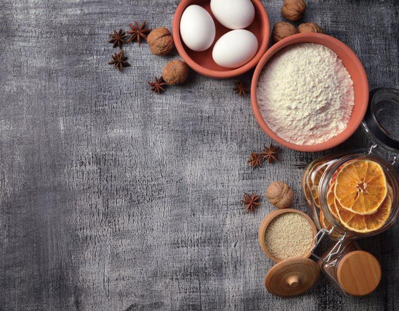 Ingrédients de cuisson - farine, oeufs, fruits secs, anis, sésame, ci photos libres de droits