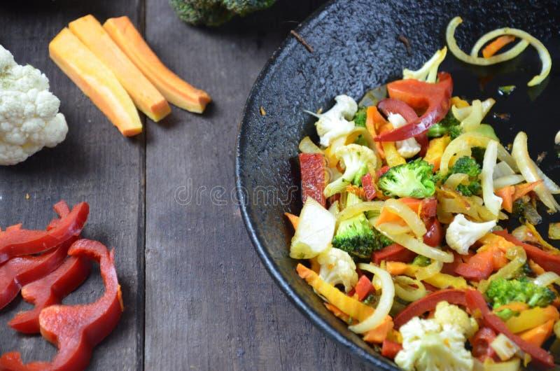 Ingrédients de légumes dans le plat en bois autour de la poêle pour le régime savoureux Vue sup?rieure Nourriture faisant cuire l photos libres de droits