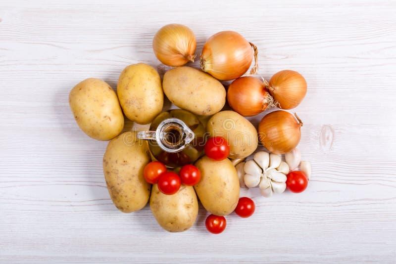 Ingrédients de légumes frais sur le fond en bois blanc photo libre de droits