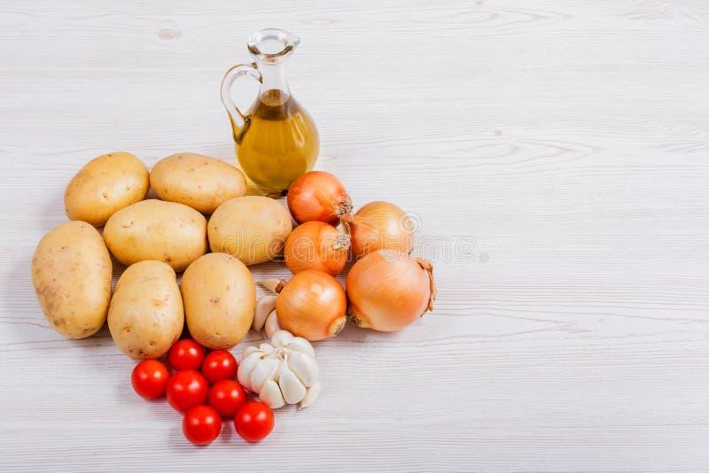 Ingrédients de légumes frais sur le fond en bois blanc images stock