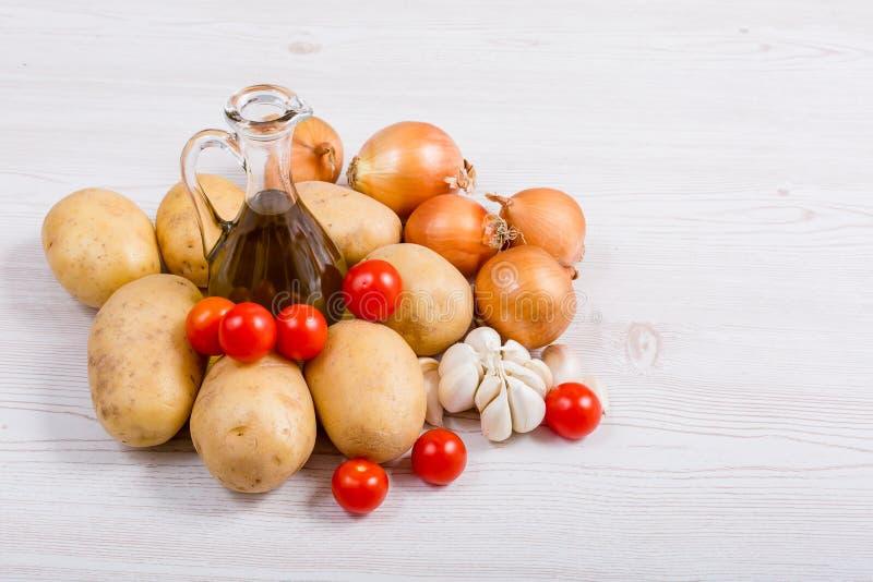 Ingrédients de légumes frais sur le fond en bois blanc photographie stock