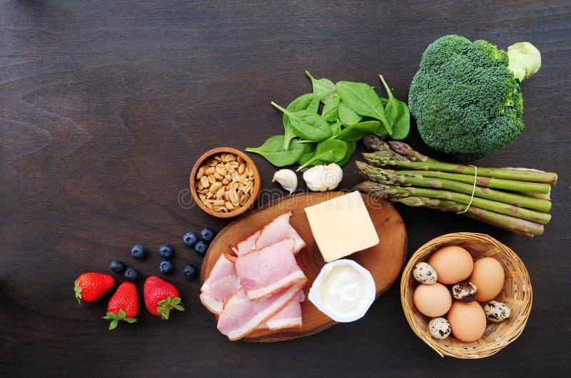 Ingrédients de nourriture de cétonique, brocoli, épinards, fromage, lard photos libres de droits