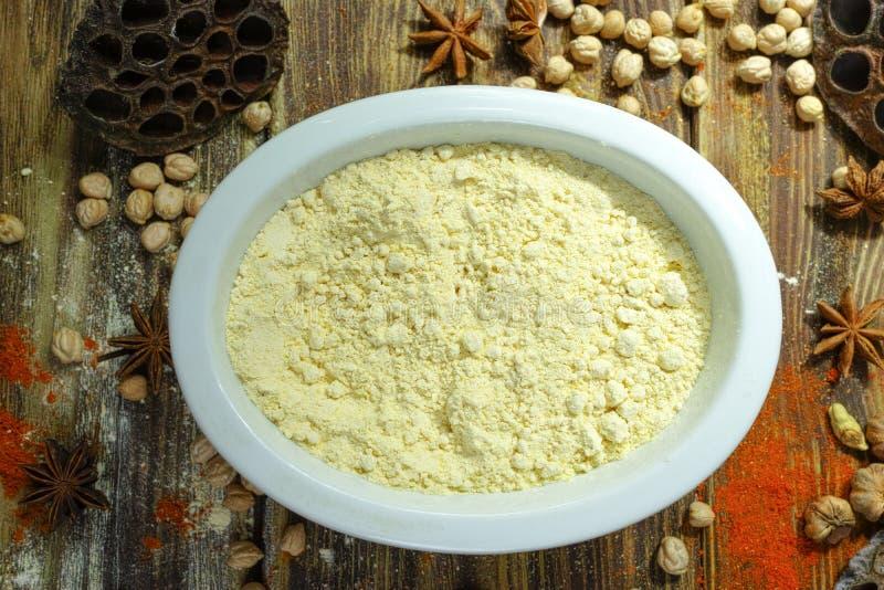 Ingrédients de nourriture indiens colorés - farine, pois chiche et spic de gramme images libres de droits