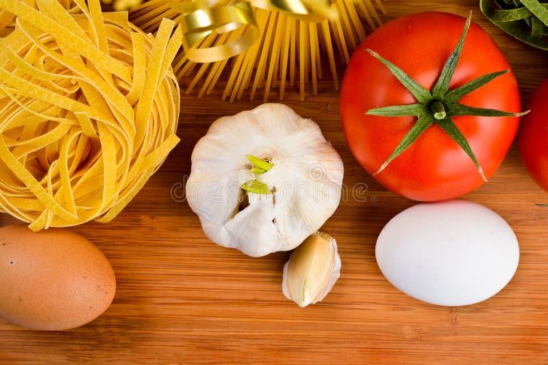 Ingrédients de nourriture italiens de pâtes photos stock