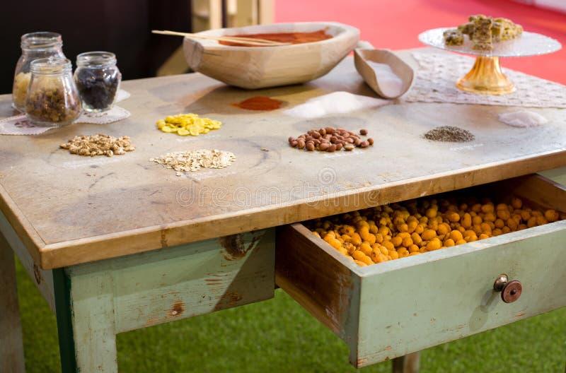 Ingrédients de nourriture sur la table image stock